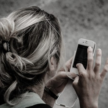 woman using smartphone apps e1492021702359