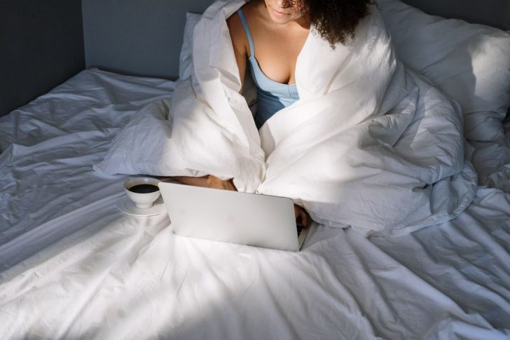 hands woman coffee laptop 4046153