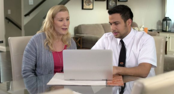 Geek Squad Consultation Agent helping woman